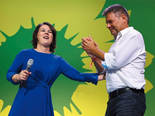 "<span class=""fontBold"">ドイツ総選挙で最も得票率を伸ばした緑の党の共同党首ベーアボック氏(左)とハーベック氏(右)</span>(写真=ロイター/アフロ)"