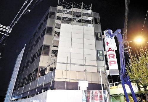 "<span class=""fontBold"">大阪市阿倍野区のかつての本社は会社再建のリストラ対象となり、家具販売の「ニトリ」に売却された(2017年4月、袖看板が布で覆われる)</span>(写真=読売新聞/アフロ)"