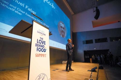 """<span class=""""fontBold"""">ダノンのエマニュエル・ファベールCEOは5月8日、スペイン・バ ルセロナで創業100年の振り返りと今後の展望を語った</span>"""