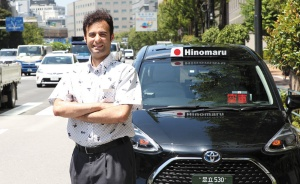 "<span class=""fontBold"">日の丸交通で2018年9月からタクシー運転手として働くパキスタン人ムハンマド・リハン氏。同社の外国人運転手の平均売り上げは日本人より高い</span>(写真=陶山 勉)"