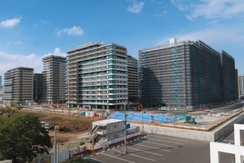 """<span class=""""fontBold"""">2020年の東京五輪・パラリンピック後の不動産市況を懸念する声も根強い</span><br/ >(写真は東京・晴海に建設されている選手村。五輪後はマンションとして分譲される)"""