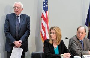 "<span class=""fontBold"">MMTを提唱するケルトン教授(中央)は、民主党の大統領選候補の座を争うサンダース上院議員(左)のアドバイザー</span>(写真=UPI/アフロ)"