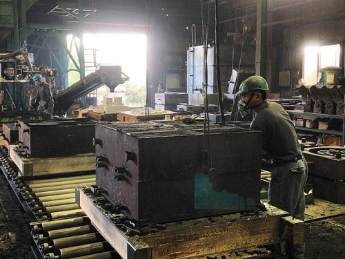 "<span class=""fontBold"">大六鋳造の工場で働く半分以上は外国人。石井社長は「外国人がいないと現場が回らない」と話す</span>"