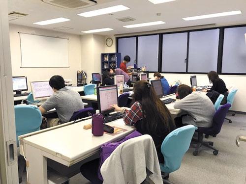 "<span class=""fontBold"">マミオンが運営する大人のための算数・数学教室「大人塾」。大卒の大手製造業・サービス業の現役社員も通っているという。「徹底した基礎固め」と独自のスライドを活用した「気軽に楽しく算数を学べるカリキュラム」がある</span>"