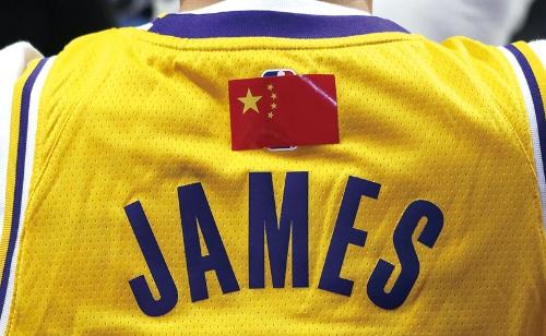 """<span class=""""fontBold"""">中国でのNBAの試合ではNBAのロゴを国旗で隠すファンも</span>(写真:ロイター/アフロ)"""