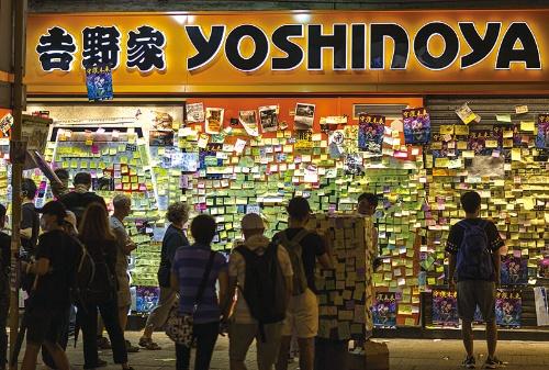 "<span class=""fontBold"">香港では吉野家が「親中的」だとして、デモ隊の襲撃を受けた</span>(写真:ZUMA Press/アフロ)"