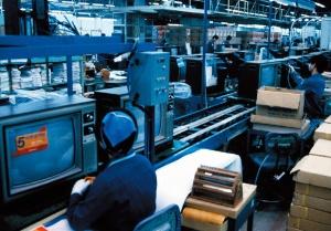 """<span class=""""fontBold"""">家電、半導体、パネル、スマホと、事業を拡大していった(写真は1982年、韓国内の工場)</span>(写真:Fujifotos/アフロ)"""
