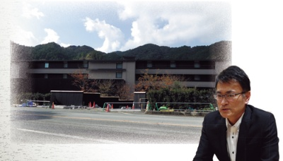 "<span class=""fontBold"">白木屋グランドホテルの跡地で完成に近づく星野リゾートの宿泊施設(左)。倒産当時、専務だった白木浩一郎氏(右)</span>"