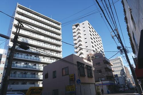 "<span class=""fontBold"">JR川崎駅東口にほど近い歓楽街「堀之内・宮本町エリア」では近年、マンション建設が相次ぐ</span>"