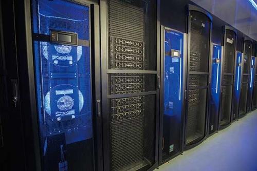 """<span class=""""fontBold"""">ウォルマート店舗のサーバールーム。専用プロセッサー400個で、1秒間に1.6テラバイトのデータ処理が可能だ</span>(写真=Maki Suzuki)"""