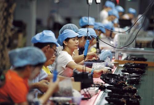 "<span class=""fontBold"">中国は「世界の工場」として内外から投資を呼び込んできた(写真は台湾が本拠の機械メーカーの中国工場)</span>(写真=ロイター/アフロ)"