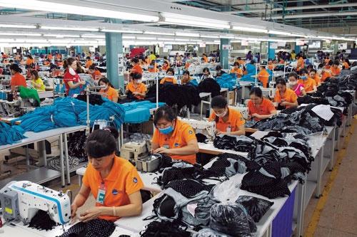 "<span class=""fontBold"">労働集約型産業である縫製業はベトナム経済を支える主力産業の一つだが、近年は電子機器関連の進出に押される形で、生産拠点が都市部から郊外へ移りつつある</span>(写真=Bloomberg/Getty Images)"