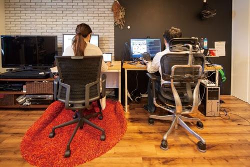 "<span class=""fontBold""><span class=""fontSizeM"">クックパッド</span><br />別所美穂さん(左)は会社が手配したオフィスチェアとデスクを自宅で利用。クックパッドは5月末までテレワーク期間を延長する</span>(写真=的野 弘路)"