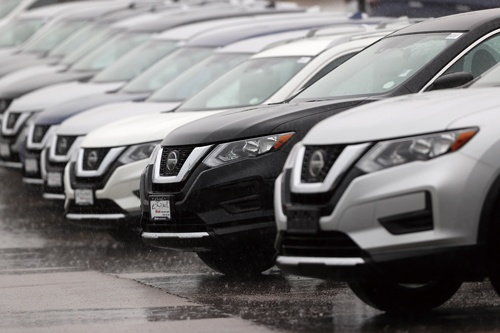 "<span class=""fontBold"">米国の販売店に並ぶ日産の主力SUV「ローグ」</span>(写真=AP/アフロ)"