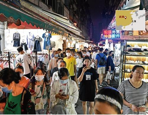 "<span class=""fontBold"">7月中旬、様々な露店が立ち並ぶ武漢市の「保成路夜市」には人があふれていた</span>(写真=町川 秀人)"