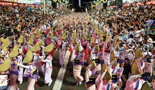 """<span class=""""fontBold"""">阿波おどりのクライマックス「総踊り」の様子。例年8月12~15日の4日間開催され、100万人を超す観光客が訪れる</span>(写真=毎日新聞社/アフロ)"""