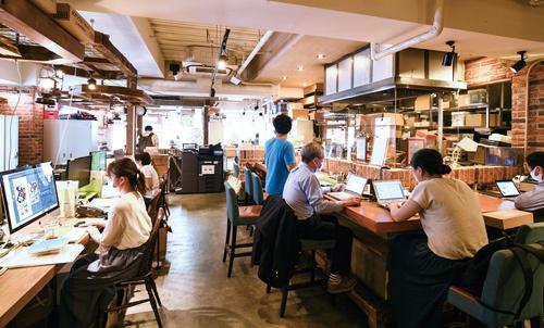 "<span class=""fontBold"">オフィスビルの事務所を閉鎖し、東京・池袋の旧店舗に本部を移したエー・ピーカンパニーと、業態の大改革にも動く米山久社長(下)</span>(写真=清水 真帆呂)"