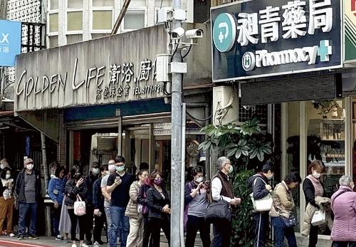 "<span class=""fontBold"">台湾市民は事前にマスクマップで在庫を確認した上で薬局に向かう</span>(写真=読売新聞/アフロ)"