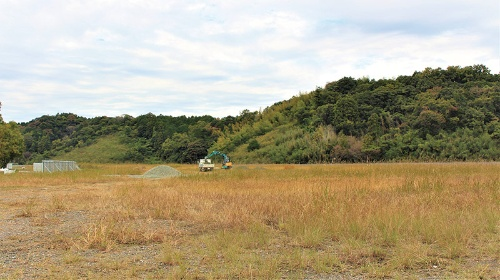 "<span class=""fontBold"">三重県津市でソウルオブジャパンが計画を進める陸上養殖サーモン生産施設の建設予定地。2023年の完成を予定している</span>"