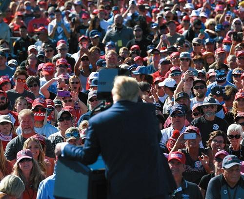 """<span class=""""fontBold"""">10月19日にアリゾナ州で開いたトランプ大統領の選挙集会で、ほとんどの支持者がマスクを着用していなかった</span>(写真=AFP/アフロ)"""