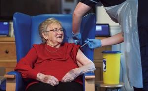 """<span class=""""fontBold"""">ファイザーのワクチンは英国で先行して使われ始めた。2021年は世界で使用が広がる見込みだ</span>(写真=WPA Pool/Getty Images)"""