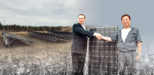"""<span class=""""fontBold"""">2011年、イーロン・マスク氏(左)は被災地が再生可能エネルギーの一大聖地になると期待し、福島県相馬市に太陽光システムを寄贈した。だが10年たった今、そのシステムは市内の産業廃棄物の埋め立て処分場にひっそりと置かれたままとなっている</span>"""