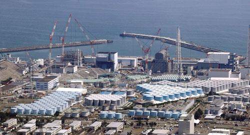 """<span class=""""fontBold"""">廃炉作業が進む福島第1原子力発電所(左から順に1~4号機)。廃炉までには40年かかるとされる。福島県は2040年ごろに県内エネルギー需要の全てを再生可能エネルギーで賄うことを目標にしているが……</span>(写真=共同通信)"""