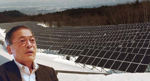 "<span class=""fontBold"">「市民エネルギー会社の現状は厳しい」と語る飯舘電力の千葉訓道副社長(左)。会津電力はメガソーラー発電所(右)を建てたが、小規模発電所を各所に設ける方式に軸足を移した</span>"