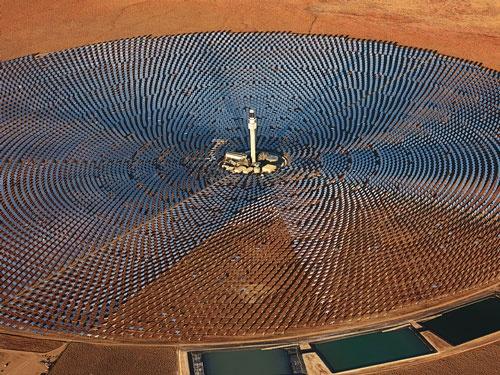 """<span class=""""fontBold"""">米カリフォルニア州とネバダ州の間にある太陽熱発電所</span>(写真=Solent News/アフロ)"""