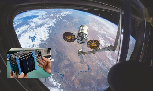 """<span class=""""fontBold"""">ISSのロボットアームが積み荷をつかもうとする瞬間の写真。この中に積み込まれていた自撮り衛星(左)はアームを伸ばして撮影する</span>(写真=宇宙空間:NASA)"""