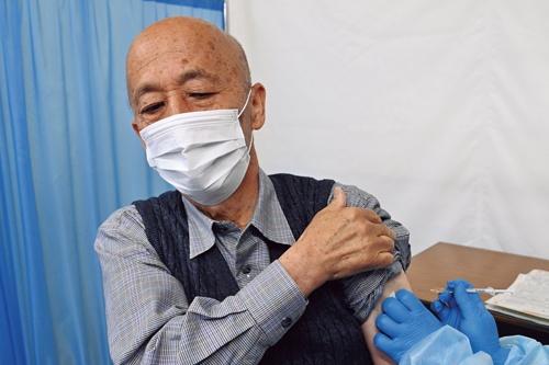 "<span class=""fontBold"">東京都内で世田谷区と並んでいち早くワクチン接種が始まった八王子市。高齢者は受付で予診票や本人確認書類を提示。医師の問診を受けたうえでワクチンを接種した。大きな混乱はなかった</span>(写真:代表撮影)"