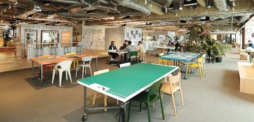 """<span class=""""fontBold"""">乃村工藝社が4月にお披露目したニューノーマル対応オフィス。「公園」を意識して自然に人が集まる仕掛けを幾つも設置している</span>(写真=都築 雅人)"""