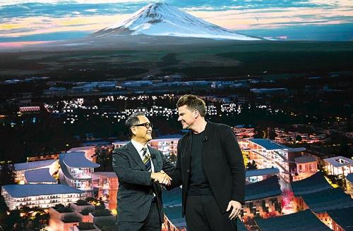 """<span class=""""fontBold"""">トヨタ自動車の豊田章男社長(左)は2020年1月に「ウーブン・シティ」計画を発表した</span>(写真=AFP/アフロ)"""