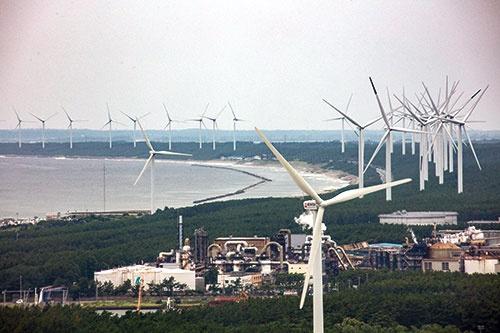 "<span class=""fontBold"">日本海岸沿いに陸上風力が連なり、「風力の街」と化す秋田県。かつて悪者扱いされた風が、地域産業の復興に生かされようとしている</span>(写真=淡路 敏明)"