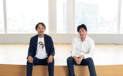 """<span class=""""fontBold"""">左:Kentaro Kawabe</span><br>大学在学中に設立したベンチャーがヤフーと合併し、2000年にヤフーに入社。18年にヤフー社長CEO、ソフトバンク取締役に就任。21年LINEとの経営統合に伴い、現職。<br><span class=""""fontBold"""">右:Shintar Yamada</span><br>早稲田大学在学時にインターンとして楽天オークションの立ち上げに携わる。卒業後、ウノウを設立し、2010年に米Zyngaに売却。13年にメルカリを創業し、18年に東証マザーズに上場した。<br>(写真=的野 弘路)"""