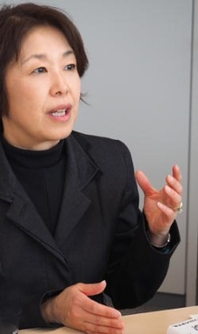 """渡辺 由佳里(わたなべ・ゆかり)エッセイスト、洋書レビュアー、翻訳家。助産師、日本語学校のコーディネーター、外資系企業のプロダクトマネージャーなどを経て、 1995年よりアメリカに移住。2001年に小説『<a href=""""http://www.amazon.co.jp/gp/product/4104470015/ref=as_li_tf_tl?ie=UTF8&tag=n094f-22&linkCode=as2&camp=247&creative=1211&creativeASIN=4104470015"""" target=""""_blank"""">ノーティアーズ</a>』で小説新潮長篇新人賞受賞。翌年『<a href=""""http://www.amazon.co.jp/gp/product/4104470023/ref=as_li_tf_tl?ie=UTF8&tag=n094f-22&linkCode=as2&camp=247&creative=1211&creativeASIN=4104470023"""" target=""""_blank"""">神たちの誤算</a>』(共に新潮社刊)を発表。他の著書に『<a href=""""http://www.amazon.co.jp/gp/product/4255005532/ref=as_li_tf_tl?ie=UTF8&tag=n094f-22&linkCode=as2&camp=247&creative=1211&creativeASIN=4255005532"""" target=""""_blank"""">ゆるく、自由に、そして有意義に</a>』(朝日出版社)、 『<a href=""""http://www.amazon.co.jp/gp/product/4864540349/ref=as_li_tf_tl?ie=UTF8&tag=n094f-22&linkCode=as2&camp=247&creative=1211&creativeASIN=4864540349"""" target=""""_blank"""">ジャンル別 洋書ベスト500</a>』(コスモピア)、『<a href=""""http://www.amazon.co.jp/gp/product/4864103631/ref=as_li_tf_tl?ie=UTF8&tag=n094f-22&linkCode=as2&camp=247&creative=1211&creativeASIN=4864103631"""" target=""""_blank"""">どうせなら、楽しく生きよう</a>』(飛鳥新社)、『<a href=""""http://www.amazon.co.jp/gp/product/B01M7VRCDS/ref=as_li_tf_tl?ie=UTF8&tag=n094f-22&linkCode=as2&camp=247&creative=1211&creativeASIN=B01M7VRCDS"""" target=""""_blank"""">暴言王トランプがハイジャックした大統領選、やじうま観戦記</a>』(ピースオブケイク/Kindle版)など。翻訳には、糸井重里氏監修の『<a href=""""http://www.amazon.co.jp/gp/product/4822248526/ref=as_li_tf_tl?ie=UTF8&tag=n094f-22&linkCode=as2&camp=247&creative=1211&creativeASIN=4822248526"""" target=""""_blank"""">グレイトフル・デッドにマーケティングを学ぶ</a>』(日経BP社)、『<a href=""""http://www.amazon.co.jp/gp/product/4596550026/ref=as_li_tf_tl?ie=UTF8&tag=n094f-22&linkCode=as2&camp=247&creative=1211&creativeASIN=4596550026"""" target=""""_blank"""">毒見師イレーナ</a>』(ハーパーコリンズ)など。"""