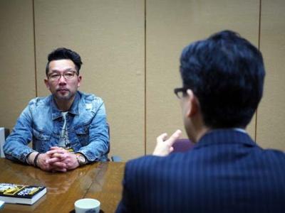 『不発弾』の作者、相場英雄氏(左)と、日経ビジネス編集部小笠原啓記者(右)