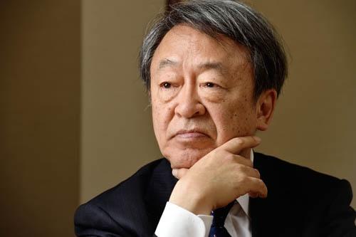 """池上 彰(いけがみ・あきら)<br />フリージャーナリスト。1950年生まれ。慶応義塾大学経済学部卒業後、NHK入局。社会部記者として経験を積んだ後、報道局記者主幹に。94年4月から11年間「週刊こどもニュース」のお父さん役として、様々なニュースを解説して人気に。2005年3月NHKを退局、フリージャーナリストとして、テレビ、新聞、雑誌、書籍など幅広いメディアで活躍中。近著に『<a href=""""http://www.amazon.co.jp/gp/product/4492045910/ref=as_li_tf_tl?ie=UTF8&tag=n094f-22&linkCode=as2&camp=247&creative=1211&creativeASIN=4492045910"""" target=""""_blank"""">僕らが毎日やっている最強の読み方;新聞・雑誌・ネット・書籍から「知識と教養」を身につける70の極意</a>』(佐藤 優氏と共著、東洋経済新報社)『<a href=""""http://www.amazon.co.jp/gp/product/4041048923/ref=as_li_tf_tl?ie=UTF8&tag=n094f-22&linkCode=as2&camp=247&creative=1211&creativeASIN=4041048923"""" target=""""_blank"""">池上彰の「経済学」講義1 歴史編 戦後70年 世界経済の歩み</a>』(角川文庫)『<a href=""""http://www.amazon.co.jp/gp/product/402273700X/ref=as_li_tf_tl?ie=UTF8&tag=n094f-22&linkCode=as2&camp=247&creative=1211&creativeASIN=402273700X"""" target=""""_blank"""">書く力 私たちはこうして文章を磨いた</a>』(竹内政明氏と共著、朝日新書)など。"""