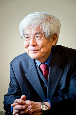 養老孟司さん(東京大学名誉教授、解剖学者)<br /> 1937年、鎌倉市生まれ。東京大学医学部卒業後、解剖学教室に入る。1995年、東京大学医学部教授を退官し、同大学名誉教授に。1989年、『からだの見方』でサントリー学芸賞を受賞。1985年以来一般書を執筆し始め、『形を読む』『解剖学教室へようこそ』『日本人の身体観』などで人体をわかりやすく解説し、『唯脳論』『人間科学』『バカの壁』『養老訓』といった多数の著作では、「身体の喪失」から来る社会の変化について思索を続けている。