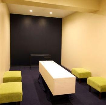 川崎市にある遺体ホテル「そうそう」の遺体安置室。棺を置くスペースとソファが置かれているのみ(写真提供:そうそう)