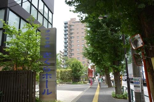 浄心寺のさくらホール。バス通りに面し、人通りも多い。