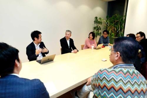 永井氏と議論するオープン編集会議メンバー