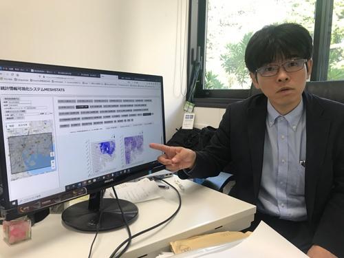 今回メンターを務める横浜市立大学国際総合科学部特任教授で科学技術振興機構さきがけ研究員の佐藤彰洋氏。地図上に様々な情報を重ねられる統計情報可視化システム「MESHSTATS」の開発に取り組んでいる。