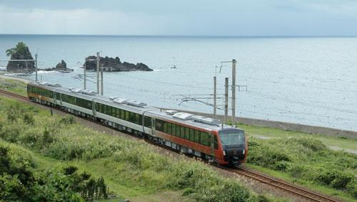 新潟駅と酒田駅を結ぶ新しい観光列車「海里」