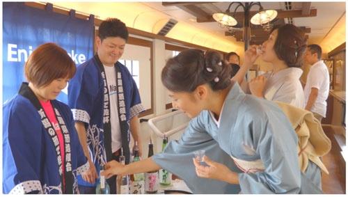 観光列車「越乃 Shu*Kura」。車内で銘酒の利き酒や、地元の食材にこだわったおつまみ等を用意し、ジャズやクラシックなど生演奏が楽しめる。