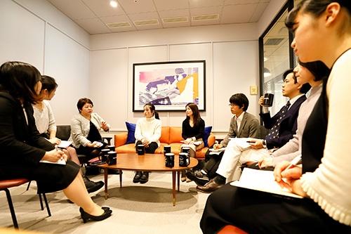 日本IBMの梅田恵氏(左から3番目)と加藤あゆみ氏(左から5番目)。学生らと対談した(写真:竹井俊晴)