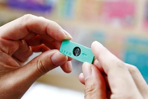 専用キットとスマートフォンのアプリで精子の濃度と運動率を測定できるサービス「Seem」。写真にある専用キットをスマホのカメラに取り付けて解析する。リクルートには同様のハードウエアを製造した経験がなかったが、パートナー企業と試作を繰り返してサービスを実現した(写真:竹井俊晴)