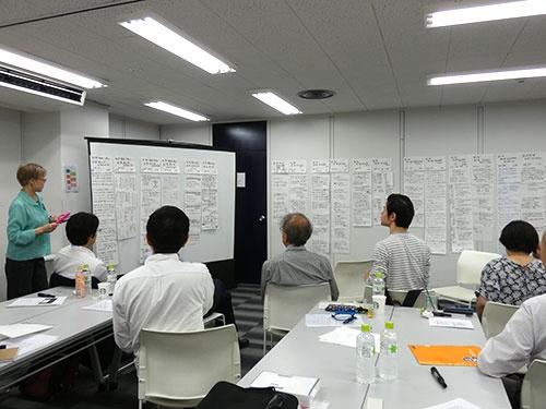 アクティブ・ブック・ダイアログ(ABD)の手法を用いて、ベストセラー『ティール組織』のエッセンスをオープン編集会議メンバーで共有した。写真左はファシリテーターの半田志野氏