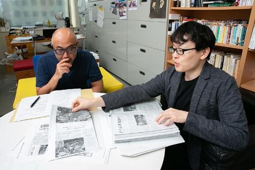 楠木氏(左)と杉浦氏(右)は同時代性の罠を記事から読み解こうとしている(写真:的野弘路)