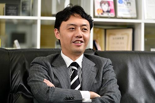 "<span class=""fontBold"">松尾豊[東京大学大学院教授]</span><br />2002年東京大学大学院博士課程修了。工学博士。米スタンフォード大学客員研究員などを経て、19年4月から現職。ディープラーニング(深層学習)をはじめとするAI(人工知能)研究の第一人者の1人として知られる。19年6月にソフトバンクグループの取締役に就任。(写真:山下裕之、以下同じ)"